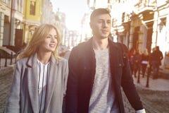 Härliga par som går på gatan royaltyfria foton