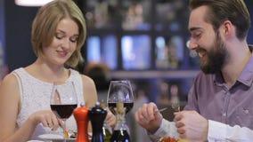 Härliga par som har den romantiska matställen arkivfilmer
