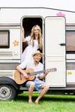 Härliga par som har en stor tid utomhus Royaltyfri Foto
