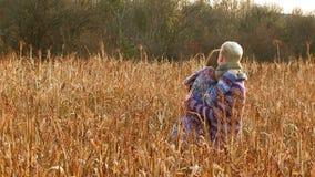 Härliga par som kramar på The Field arkivfilmer