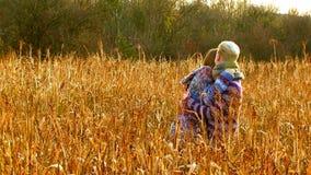 Härliga par som kramar på The Field lager videofilmer