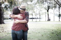 härliga par som kramar parken royaltyfri fotografi