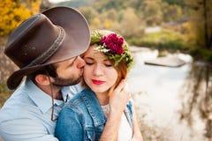 Härliga par som kramar sig nära en bergflod Royaltyfria Bilder