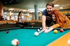 Härliga par som spelar biljard Royaltyfri Bild