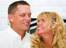 Härliga par som tillsammans skrattar royaltyfria bilder
