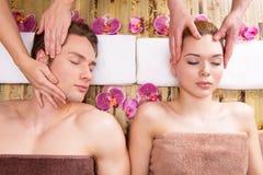 Härliga par som tycker om den head massagen Fotografering för Bildbyråer