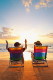 härliga par som tycker om solnedgång arkivbilder