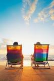 härliga par som tycker om solnedgång royaltyfri foto