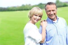 Härliga par som ut tycker om deras dag Arkivfoton
