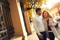 Härliga par som utomhus går Royaltyfria Foton