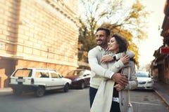Härliga par som utomhus går Royaltyfri Foto