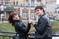 härliga par som utomhus skrattar bilden Royaltyfria Foton