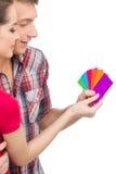Härliga par som väljer färg och att le arkivbild