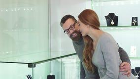Härliga par som väljer smycken på shoppinggallerian