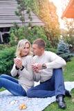 Härliga par tycker om en fri dag på picknick Royaltyfri Bild