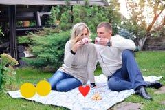 Härliga par tycker om en fri dag på picknick Arkivfoto