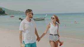 Härliga par under sommarferier stock video