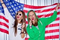 Härliga patriotiska flickor med klubban Arkivbilder