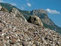 Härliga Pebble Beach och berg arkivfoto