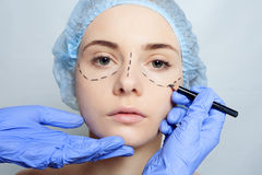 Härliga perforeringslinjer plastikkirurgioperatio för ung kvinna Arkivbilder