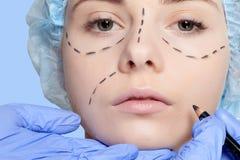 Härliga perforeringslinjer plastikkirurgioperatio för ung kvinna Royaltyfria Foton