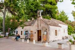 Härliga platser och sikt i en liten kuststad Mlini, bredvid Dubrovnik kyrkligt gammalt mycket Royaltyfri Foto