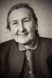 Härliga 80 plus den åriga höga kvinnan som poserar för en stående i hennes hus Arkivbild