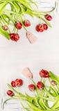 Härliga röda krökta tulpan med etiketter på vit träbakgrund, bästa sikt, vertikal blom- gräns just rained Royaltyfri Fotografi