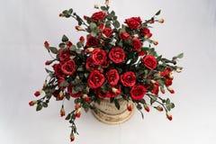 Härliga röda rosor i en keramisk kruka arkivfoton
