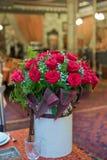Härliga röda rosor i en rund ask Persikarosor i en rund ask Rosor i en rund ask på en vit träbakgrund Romantisk röd ro Royaltyfria Foton