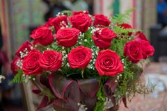 Härliga röda rosor i en rund ask Persikarosor i en rund ask Rosor i en rund ask på en vit träbakgrund Romantisk röd ro Arkivfoton