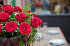 Härliga röda rosor i en rund ask Persikarosor i en rund ask Rosor i en rund ask på en vit träbakgrund Romantisk röd ro Royaltyfri Bild