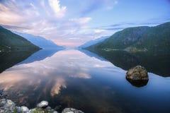 Härliga reflexioner i steniga fjordar Royaltyfri Bild