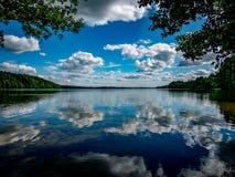 Härliga reflexioner i vattnet Arkivfoton