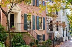 Härliga renoverade hus på en Sunny Autumn Day arkivfoton