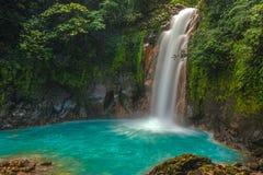 Härliga Rio Celeste Waterfall Royaltyfri Bild
