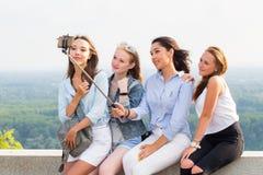 Härliga roliga flickvänner gör selfies i bergen på bakgrunden av naturen loppet sommar, helg, går royaltyfria foton