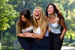 härliga roliga flickvänner har parkbarn Royaltyfri Bild
