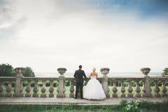 Härliga romantiska brölloppar av nygifta personer som kramar nära gammal slott Royaltyfri Bild