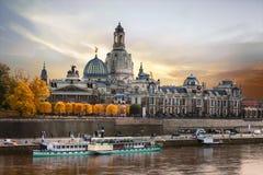 Härliga romantiska Dresden över solnedgång Gränsmärken och flodcrui arkivfoton