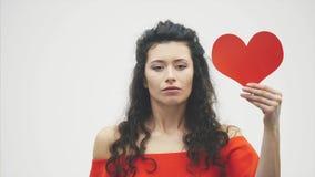 Härliga romantiska par som isoleras på vit bakgrund Attraktiv ung kvinna och stilig handkram med röd hjärta