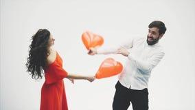 Härliga romantiska par som isoleras på vit bakgrund En attraktiv ung kvinna och en stilig knackning med