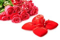 Härliga rosa rosor och fyra hjärtor Arkivbild