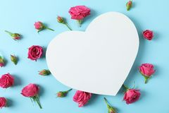 Härliga rosa rosor och stor hjärta med utrymme för text royaltyfri foto