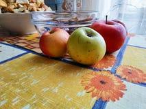 Härliga saftiga äpplen på tabellen arkivfoto