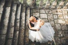 Härliga saganygift personpar som kramar nära gammal medeltida slott royaltyfri foto