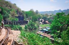 Härliga sceniska sikter av den rika gröna naturen, husen och järnvägen i Thailand, Asien royaltyfri bild