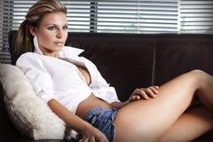 Härliga sexiga kvinnor hemma arkivfoto