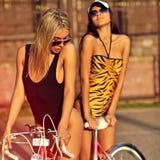Härliga sexiga kvinnor i utomhus- modestående för baddräkter Royaltyfria Foton