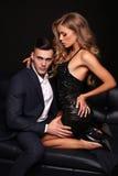 Härliga sexiga par ursnygg blond kvinna och stilig man fotografering för bildbyråer